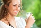 Topmodel mit Glas Milch