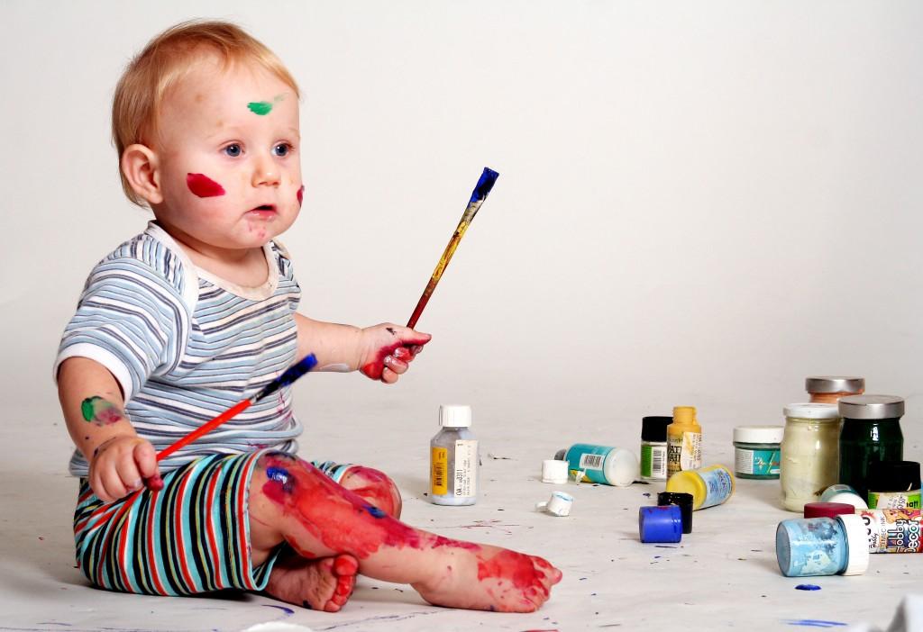 Ребенок учится рисовать