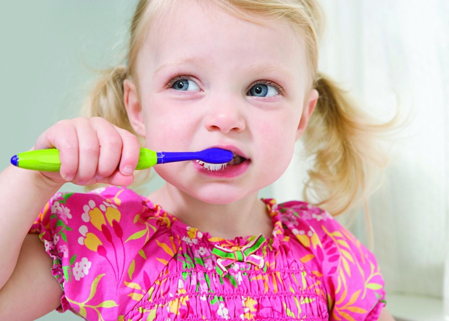 учимся чистить зубы правильно