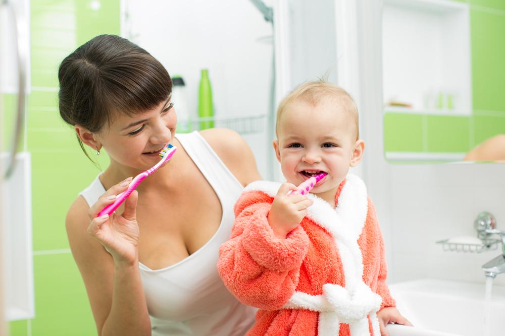 мама приучает ребенка чистить зубы