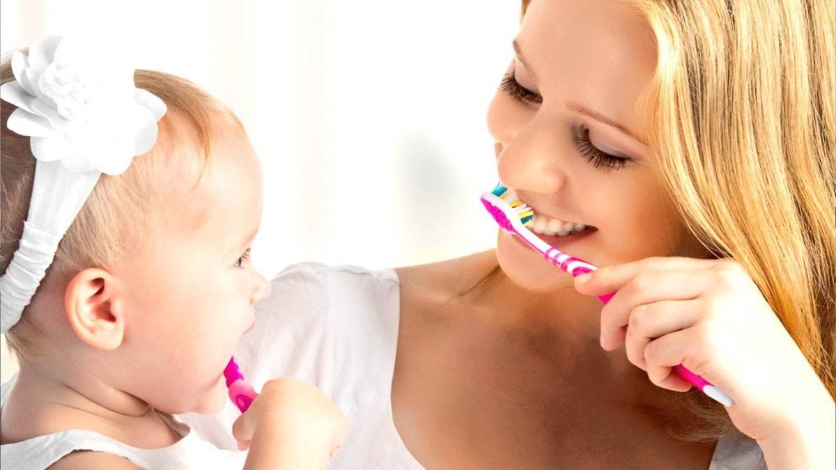 Чистка зубов с помощью детской зубной щетки