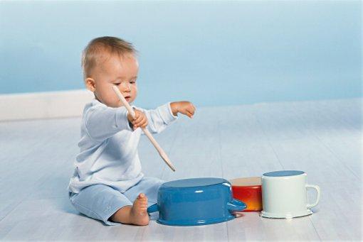 Ребенок манипулирует предметами
